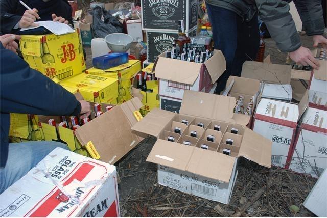 Униформени връчиха призовки и иззеха кашони с алкохол от къща