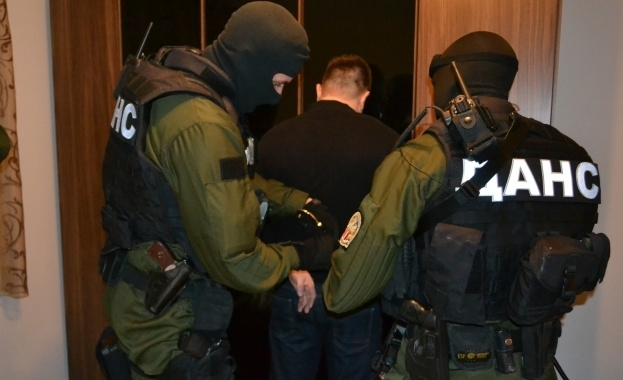 Снимка: Задържаха десетки при мащабна акция заради заплаха за националната сигурност