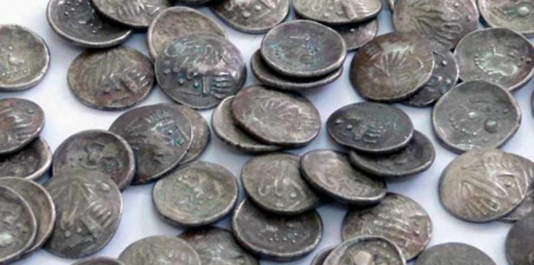Полицейски служители са конфискували монети и оръжие от дома на