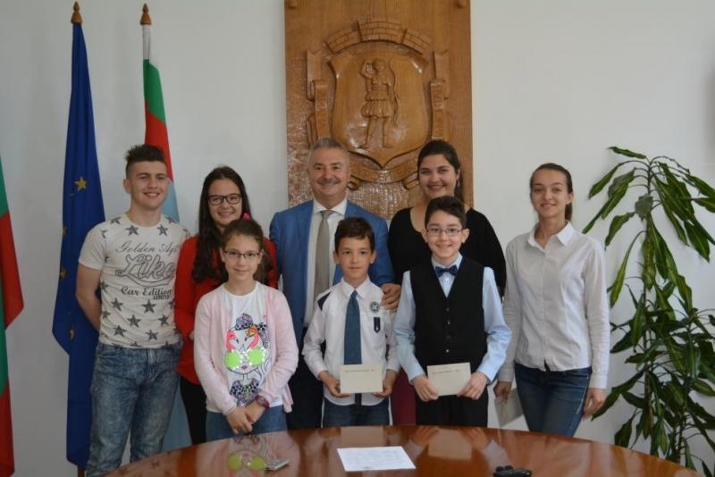 Кметът на Монтана Златко Живков връчи първите стипендии за годината