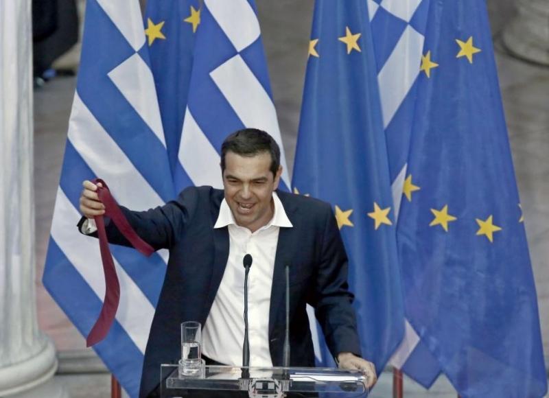 Гръцкият премиер Алексис Ципрас за кратко се появи с вратовръзка,