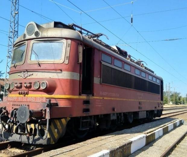 Снимка: Бърз влак от София за Варна престоя в гара Търнак близо 3 часа заради повреда в локомотива