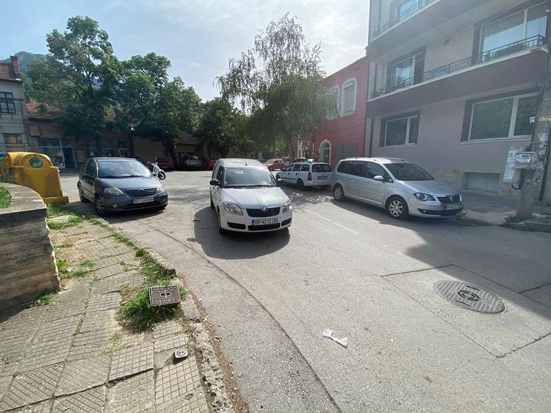 Безумно спряна фирмена кола затрудни трафика на централна улица във
