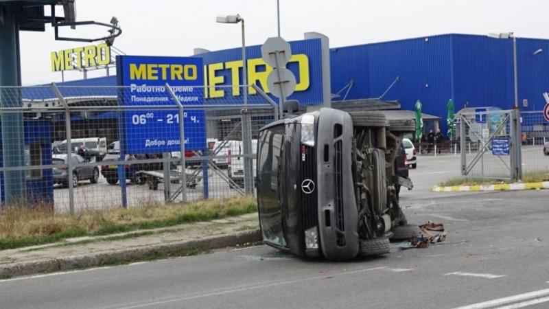 """Миниван """"Мерцедес"""", превозван върху колесар-платформа, падна върху """"Зелендолско шосе"""" в"""