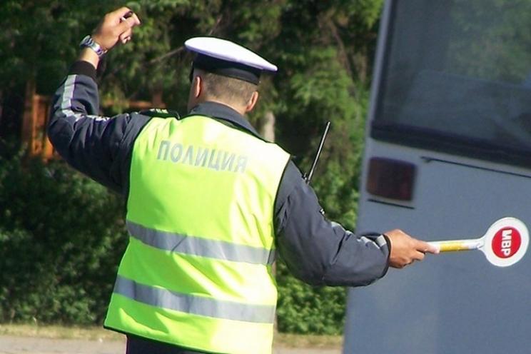 Лек автомобил с нередовни регистрационни табели е бил спрян, съобщиха