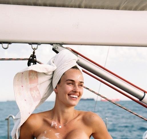 Снимка: Джоана е великолепен капитан на яхта, вижте я /18+/