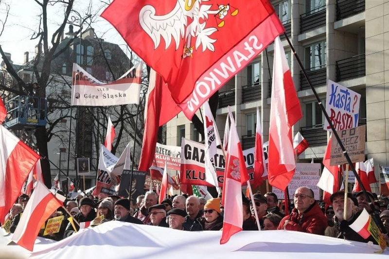 Полската дясна управляваща коалиция е на ръба на разпадането, заявиха