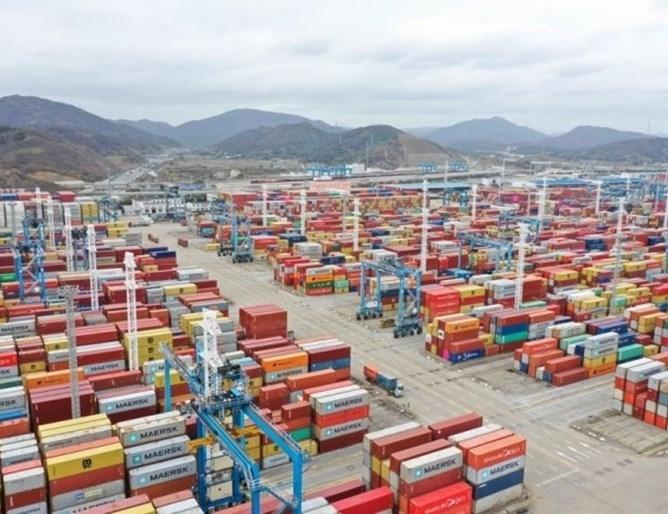 Данни показват, че през април обемът на обработените контейнери в