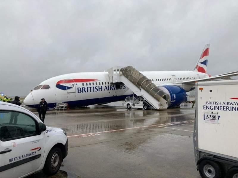 Предният колесник на самолет на British Airways се е счупило