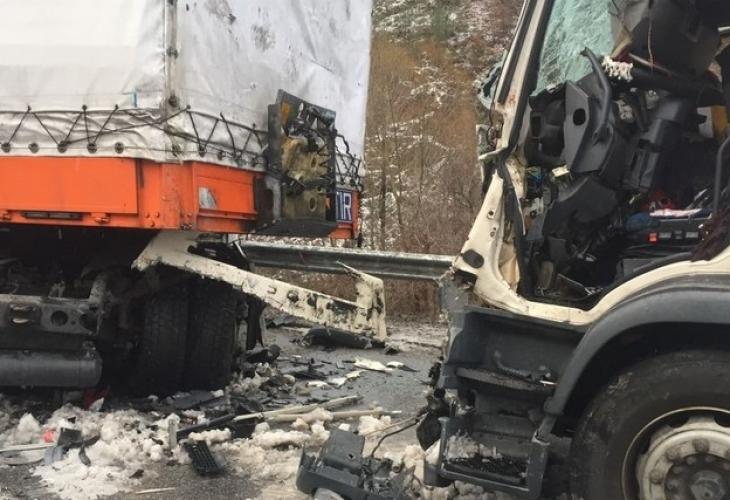 Снимка: Два камиона се помляха на Околовръстното на София