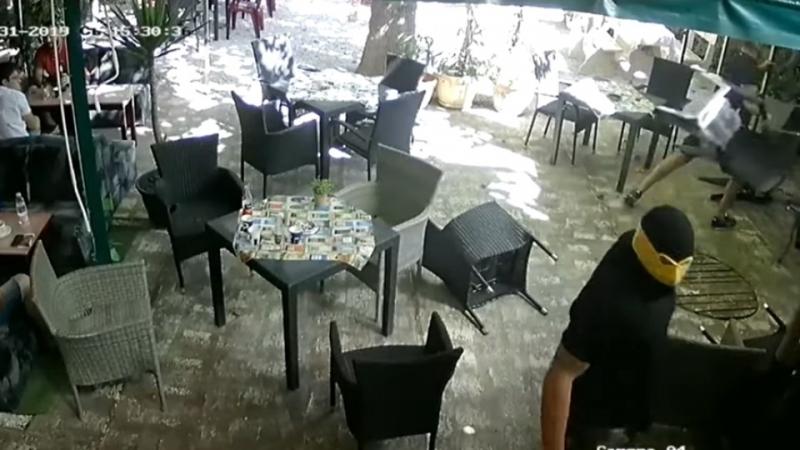 Въоръжени и маскирани лица са влезли в заведение на прохода