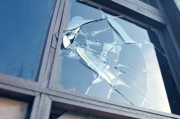 Вандал е потрошил входна врата, съобщиха от полицията във Враца.