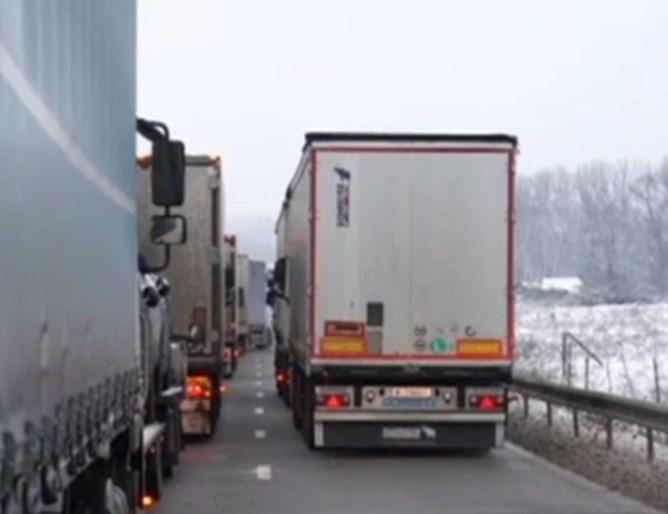 Шофьори на тежкотоварни камиониот часове са блокирани в района на
