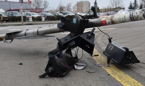 """Светофар се срути на кръстовището на столичните булеварди """"Витоша"""" и"""