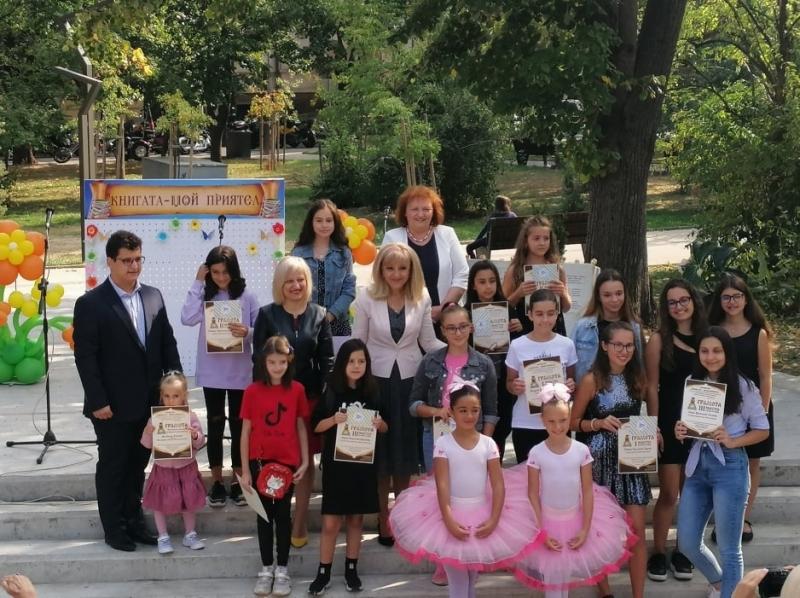"""Петя Аврамова награди най-активните млади читатели от """"Книгата - мой приятел"""" във Враца /снимки/"""