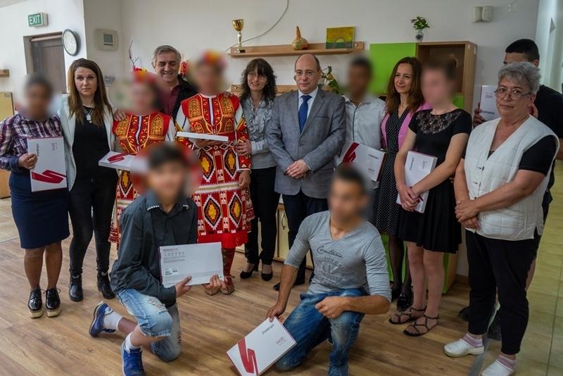 Деца и младежи в риск в Мездра получиха таблети, закупени с дарения на учени от БАН /снимки/