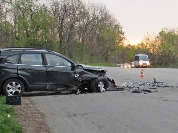 Катастрофа между два леки автомобила затвори пътя през прохода Петрохан