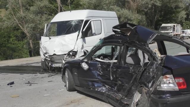 Две млади жени са загинали при тежка катастрофа на пътя
