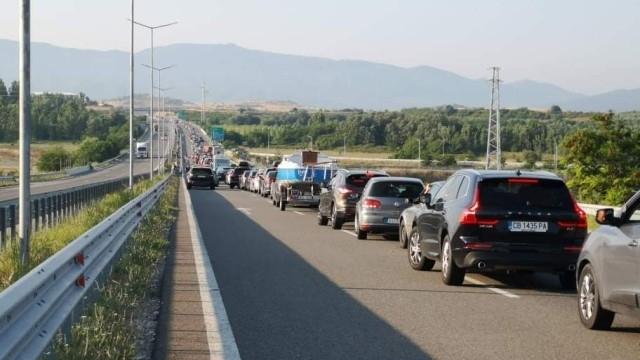 Към 12 км стана опашката от чакащи автомобили на ГКПП