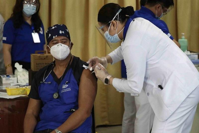 Снимка: Започна ваксинацията срещу коронавирус във Филипините