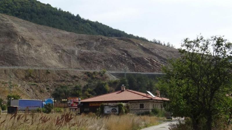 """На строежа на автомагистрала """"Струма"""" след Благоевград има три свлачища,"""