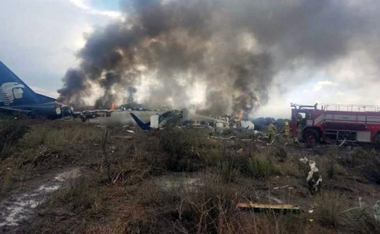 Шестима души загинаха, след като малък самолет се разби в