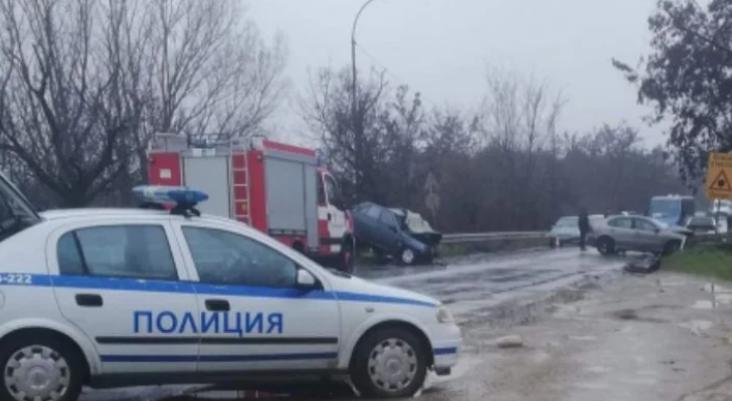 Адско меле е станало този следобед на пътя Карлово -