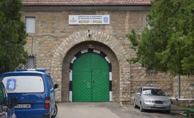 Надзирател във врачанския затвор е заплашил гаджето на дъщеря си