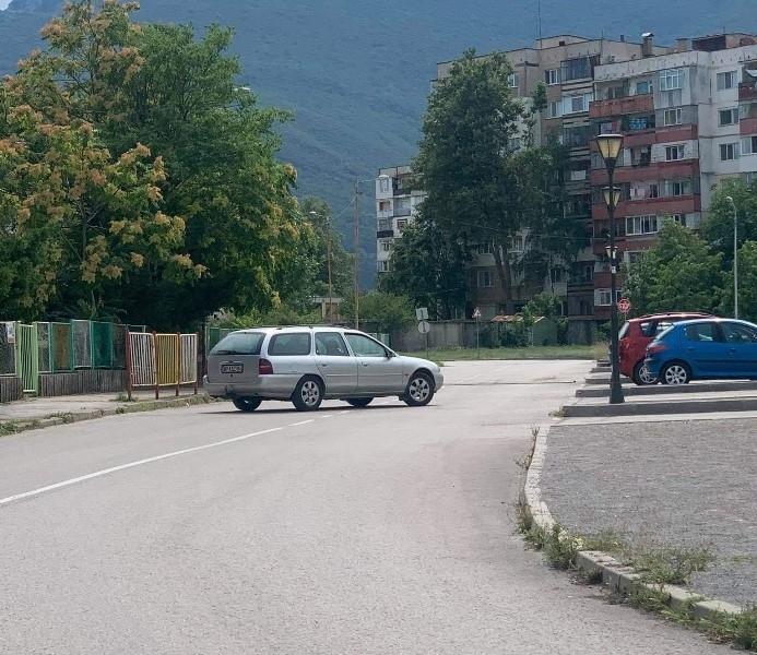 Безумното паркиране във Враца продължава да изумява жители на града,