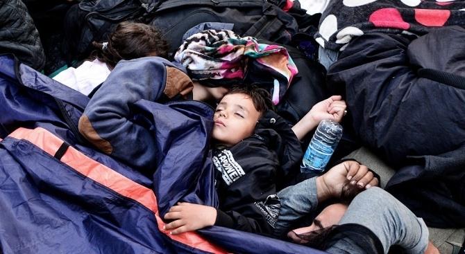 """Корабът """"Лайфлайн"""", заплашен от конфискуване в Италия, очаква в международни"""