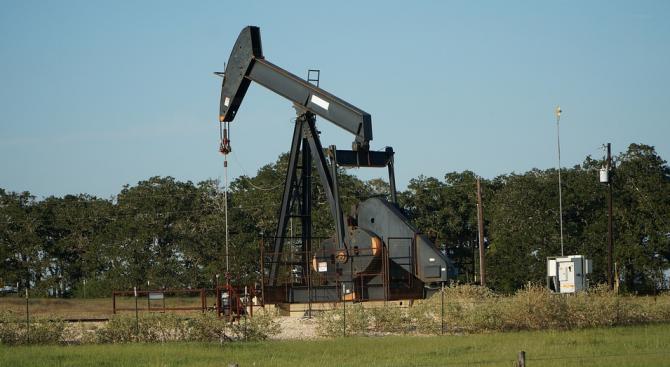 Петролът поевтинява силно за трета поредна сесия на търговия към