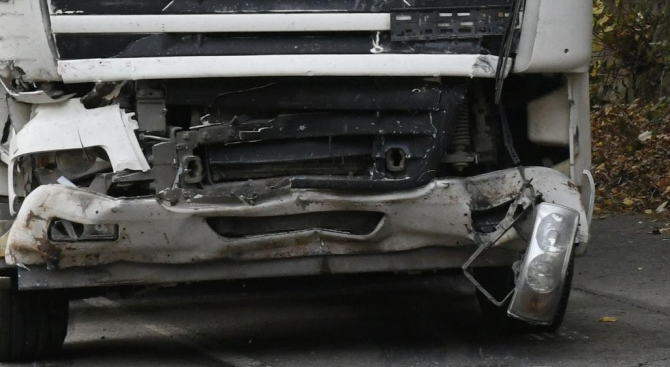 Един човек е пострадал при катастрофата между два ТИР-а при