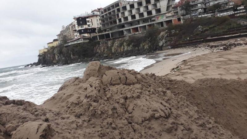 Пясъчната дига на Централния плаж в Созопол вече е почти