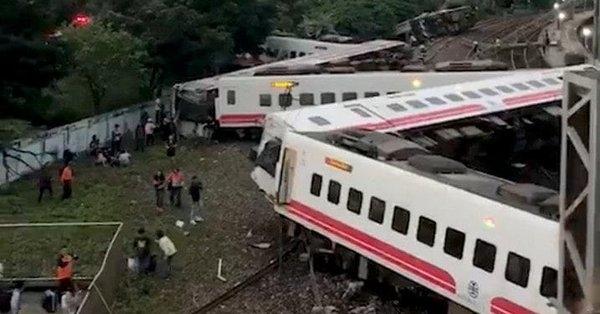 Най-малко 17 души загинаха при дерайлиране на влак в източната