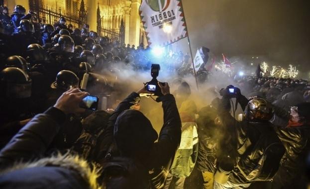 Унгарската полиция използва сълзотворен газ в четвъртък вечерта в центъра