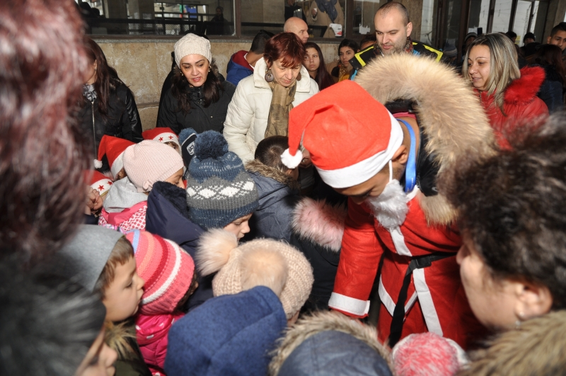 Дядо Коледа бе посрещнат на ломската жп-гара от стотици малчугани