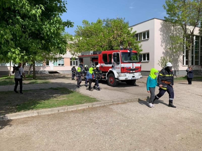 Демонстрации по гасене на пожар, евакуация и други дейности показаха