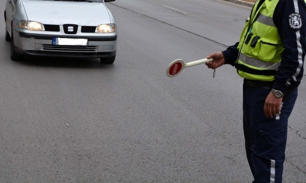 Полицаи са хванали неправоспособен водач зад волана на нередовна кола