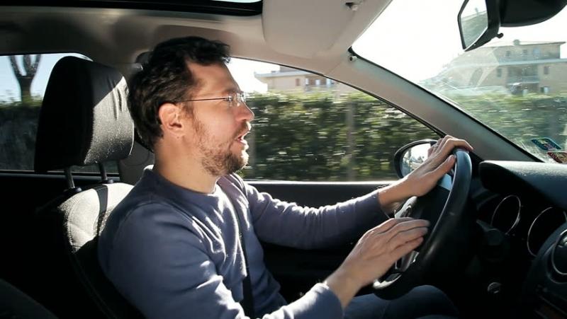 Неправоспособен е заловен да върти волана на кола без номера