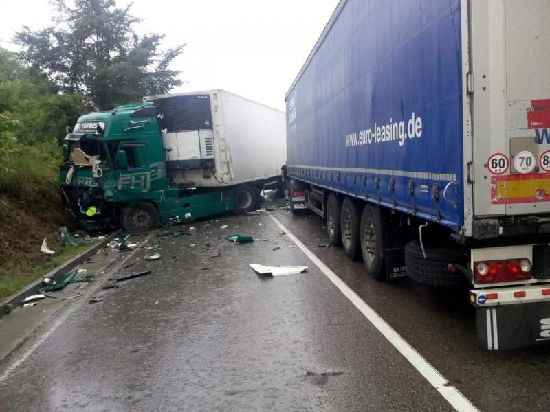 Катастрофа блокира движението по международен път Е-79 между Ружинци и