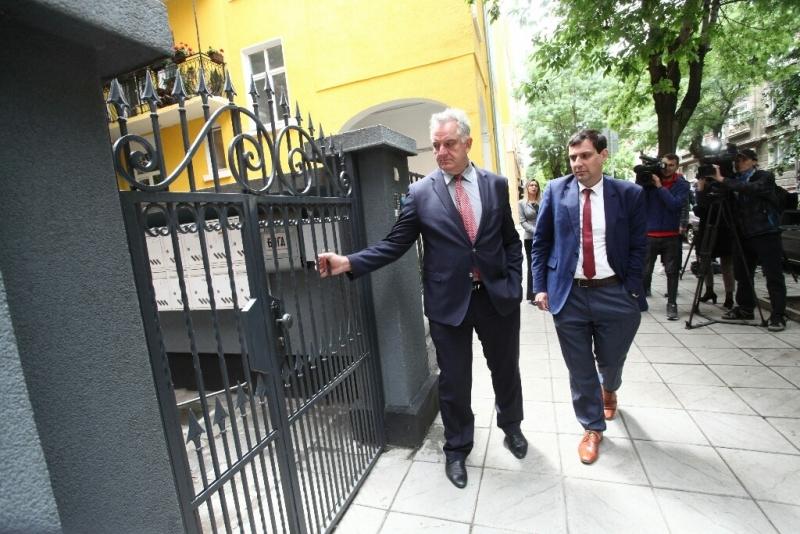 Представители на Комисията за защита на конкуренцията влязоха в офиса