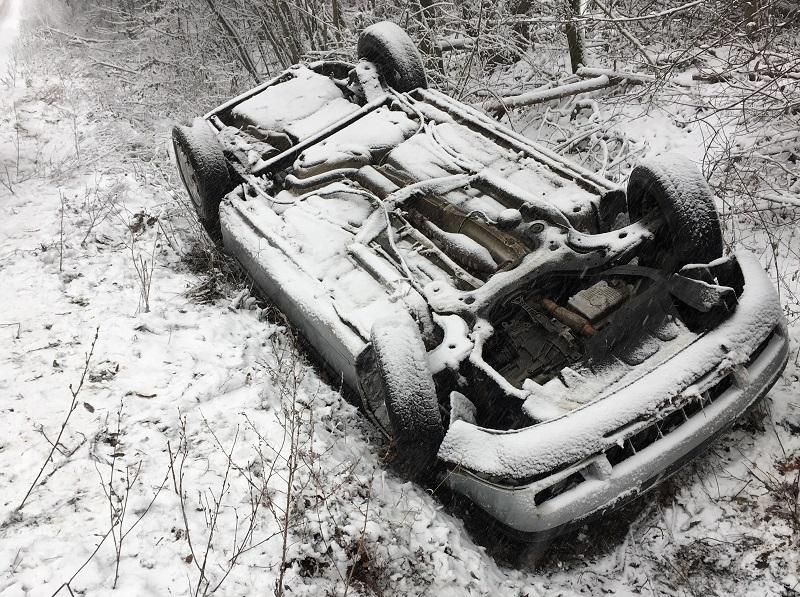 Снежен капан във Видинско! Кола се поднесе и изхвърча от шосето