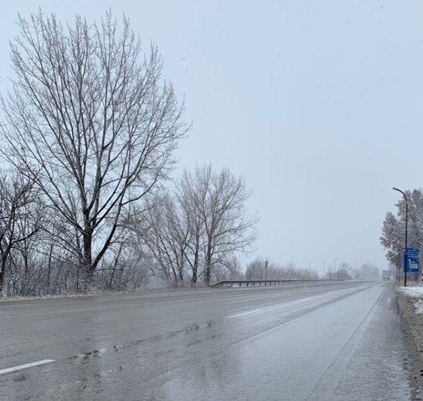 Слаб сняг вали на прохода Петрохан, каза дежурният служител в