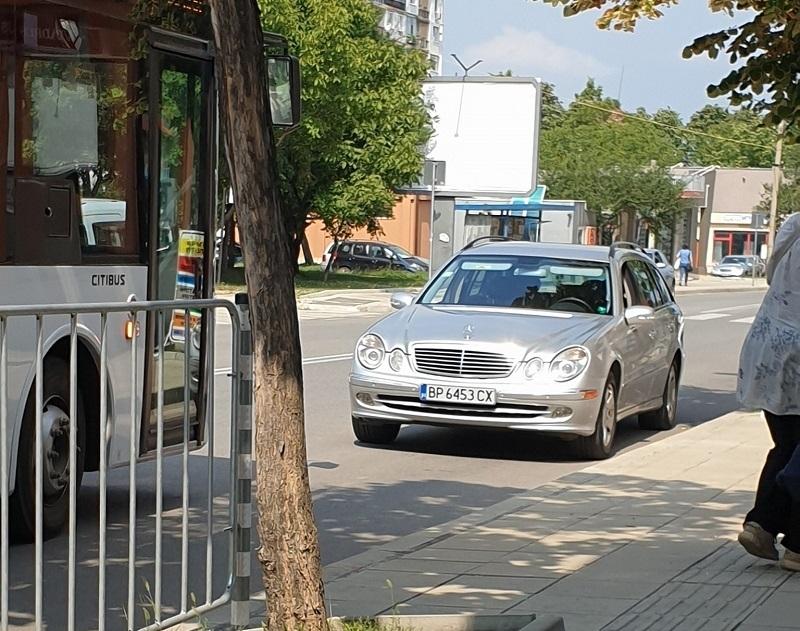 """Врачанин е паркирал """"Мерцедес""""-а си в платното за насрещно движение"""