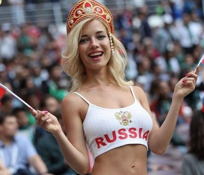 Снимки на красива блондинка на руска земя се превърнаха в