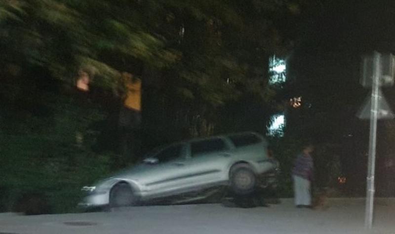 Кола се качи на бетонен парапет в Козлодуй, научи агенция