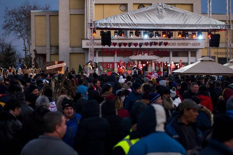 Празникът на любовта и виното събра стотици хора на градския