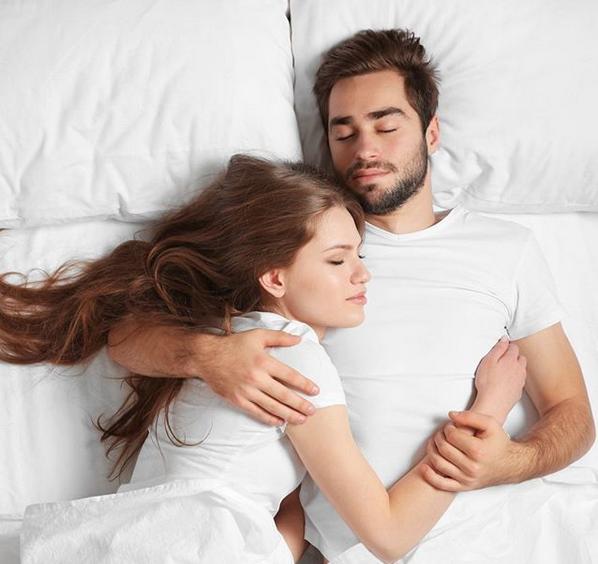 Да спиш до някого има много ползи за здравето. Укрепва
