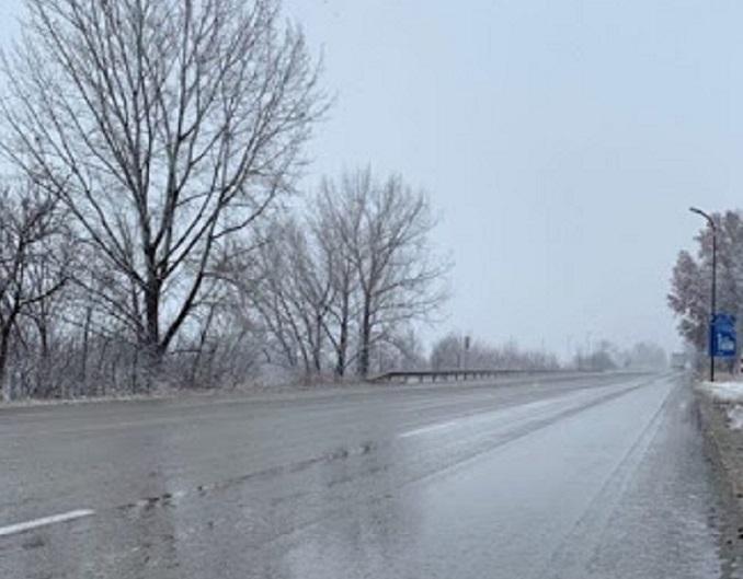 Слаб сняг вали във Видинска област, пътните настилки са мокри,
