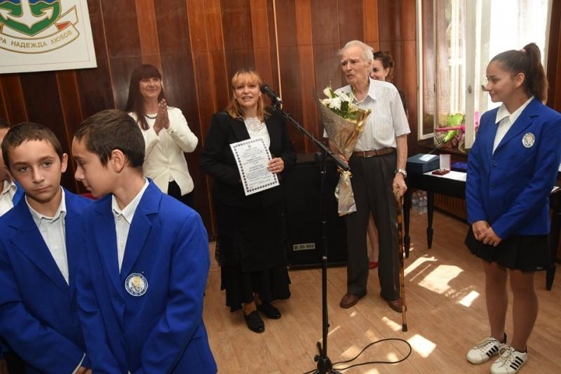 Община Лом награди отличили се жители по повод празника на